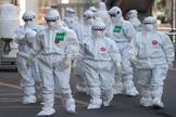 Personal médico con equipos de protección individual en el hospital de Dongsan, en Daegu, epicentro de la epidemia de coronavirus en Corea del Sur.