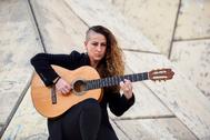 La cantaora Rosario la Tremendita, con su guitarra cerca de su casa de Triana.