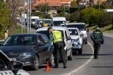 Agentes de la Guardia Civil en un control de carretera realizado en La Rioja durante el estado de alarma por la pandemia de coronavirus.