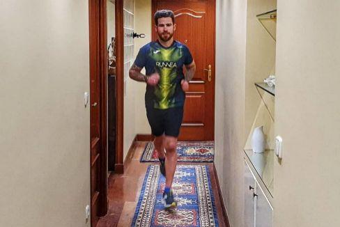 Unai San Sebastián trota en el pasillo de su casa