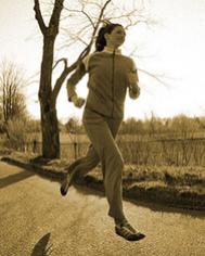 La corredora Katherine Switzer durante el entrenamiento en White Plains, Nueva York, el 8 de abril de 1975, mientras entrena para el maratón de Boston.