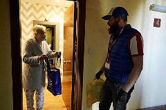 Un voluntario de Amurrio lleva la compra a una vecina en su casa.