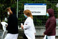 Sanitarios junto al hpspital de campaña del Vall d'Hebron.