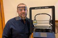 Javier Solanilla, con la impresora 3-D que se compró en Navidad.