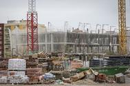 Aspecto que presentaba ayer la construcción interrumpida de un edificio en Madrid.