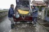 Unos obreros recogen material de una obra