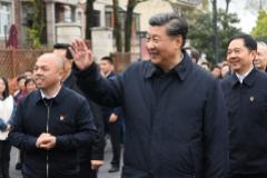 El presidente chino Xi Jinping pasea por Zhejiang sin mascarilla.