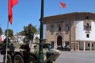 Vehículos militares estacionados este lunes en Rabat protegiendo la sede del banco central del país.
