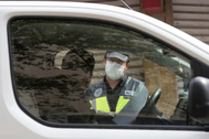 Un agente de la Policía Nacional en un control de tráfico con motivo del confinamiento decretado para luchar contra el coronavirus.