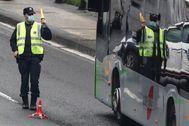 Un ertzaina da paso a un autobús durante los controles por el confinamiento efectuados en San Sebastián.