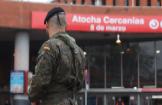 Un militar, en las inmediaciones de la estación madrileña de Atocha, en el marco de la 'operación Balmis'.