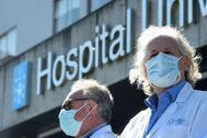 Sanitarios a las puertas de un hospital en A Coruña.