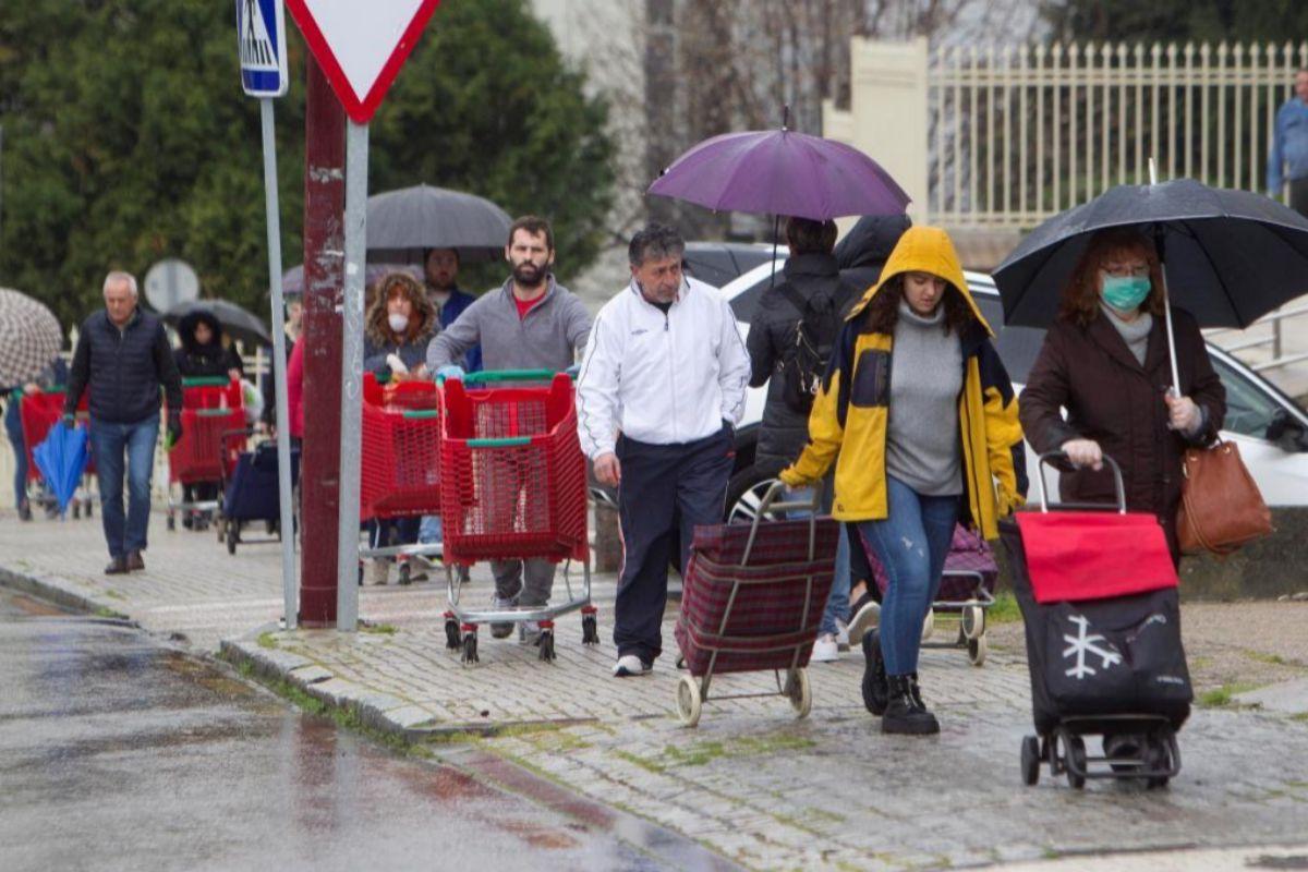Colas para entrar en un supemercado en Vigo