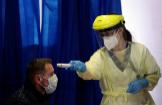 Una enfermera toma la temperatura a un posible contagiado en Bruselas