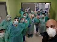 Personal del hospital Puerta del Mar, tras recibir el material de la empresa Zona Chip.