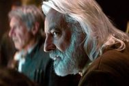 Andrew Jack como mayor Ematt y al fondo Harrison Ford.