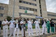 Sanitarios del Hospital Materno Infantil de Málaga salen a aplaudir a las ocho de la tarde.