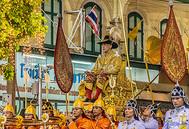 El rey tailandés Maha Vajiralongkorn y su séquito.