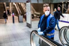 Labores de desinfección en una escalera mecánica en el metro de Copenhague.