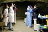 Sanitarios, en el aparcamiento del Hospital Universitario Central de Asturias, en Oviedo.