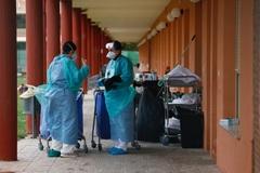 Dos trabajadores en la residencia de mayores Elder, en Tomelloso, una de las más afectadas por el Covid-19.