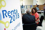 El director general de la Agencia Tributaria, Jesús Gascón, y la ministra de Hacienda, María Jesús Montero, durante la campaña del pasado año.