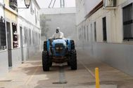 Un agricultor desinfecta las calles de Valdelacalzada, en Badajoz, como parte de la lucha contra la pandemia de coronavirus.