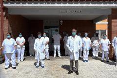El director de la residencia para mayores de Aguilafuente en Segovia, Agapito Fernández (c) junto con todos las trabajadoras del centro durante el confinamiento junto con los internos este domingo