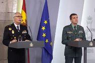 El subdirector general de Logística e Innovación de la Policía Nacional, el comisario principal José García Molina, y del jefe del Estado Mayor de la Guardia Civil, general José Manuel Santiago, durante la rueda de prensa en Moncloa.
