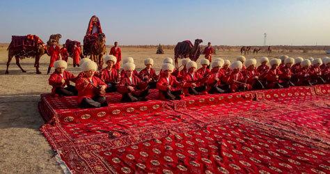 Un grupo de hombres toca música tradicional en Turkmenistán.