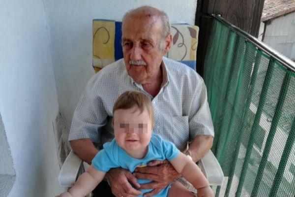 Faustino Gómez, en una fotografía del álbum familiar con uno de sus nietos.
