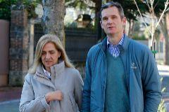Iñaki Urdangarin pasea con la Infanta Cristina, tras un permiso el 25 de diciembre, en Vitoria.
