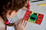 Una niña dibuja un virus en su casa de Almería durante la cuarentena.
