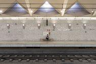 Una sola usuaria espera el metro en la estación de Alameda de Valencia.