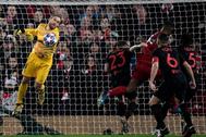 Oblak despeja el balón en el último Liverpool-Atlético en Anfield.