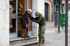 Dos agentes del Ejército de Tierra ayudan a una mujer, este miércoles, en Salamanca.