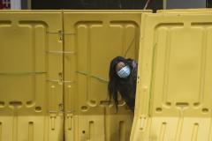Una mujer con mascarilla, en Wuhan.