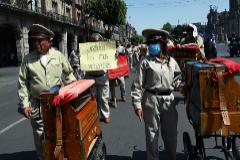 Organilleros mexicanos marchan para pedir medidas al Gobierno ante la escasez de trabajo.