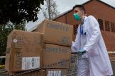 Un técnico sanitario traslada material al hospital de campaña del Vall d'Hebron.