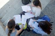 Unas estudiantes repasan sus apuntes en las dependencias de la Universidad Pablo de Olavide de Sevilla.