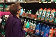 Una mujer  compra en el supermercado durante la crisis del coronavirus