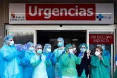 Profesionales sanitarios aplauden, este miércoles, en el hospital de Segovia.