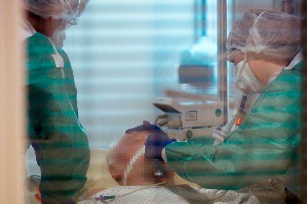Profesionales sanitarios atendiendo a un paciente en el Hospital de Tours, al noroeste de Francia.
