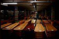 El aparcamiento del tanatorio de Collserola, convertido en depósito funerario debido al elevado número de muertes por el coronavirus
