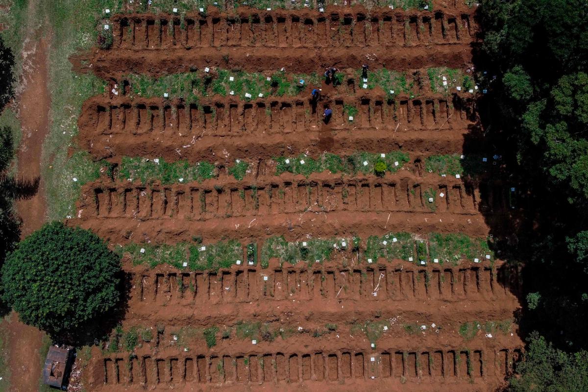 Vista aérea de fosas preparadas en el cementerio Vila Formosa.