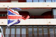 Una bandera británica rasgada frente a un bloque de apartamentos en la 'zona inglesa' de Benidorm.