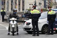 GRAFCAT4107. BARCELONA.- Una patrulla de los lt;HIT gt;Mossos lt;/HIT gt; d'Esquadra controla a los vehículos que se desplazan en el centro de Barcelona, este jueves, decimonoveno día del estado de alerta que decreto el Gobierno para frenar la pandemia de coronavirus, en la que ya se han producido más de 10.000 muertes en España.