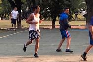 Ronaldinho disputa un partido con otros presos en la prisión de Asunción.