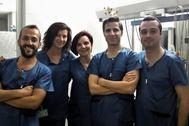 Massimo Colombi -el segundo por la derecha- junto a compañeros del hospital Regional.