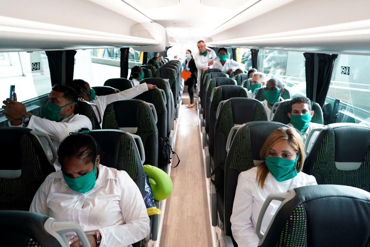 Médicos cubanos son trasladados desde el aeropuerto de Madrid hasta Andorra.